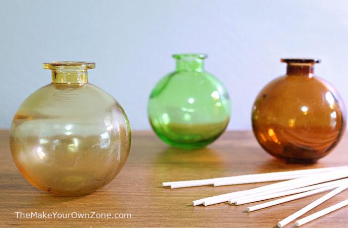 Kleine Flaschen und Schilf zur Verwendung mit hausgemachter Schilfdiffusorflüssigkeit