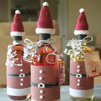 Quick knitting pattern to make hats for wine bottles - plus how to decorate your bottles with a Christmas Santa suit too!